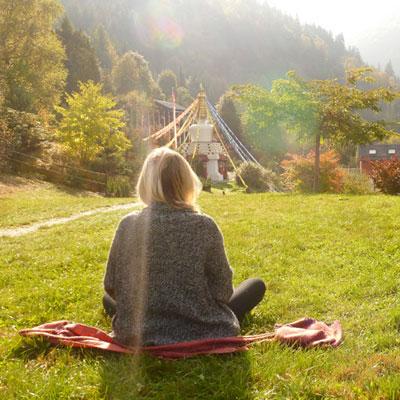 Personne en méditation Domaine d'Avalon Institut Pleine Présence